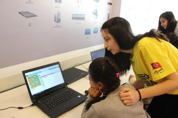 Kız Çocukları İçin Robotik Atölyesi Düzenlediler