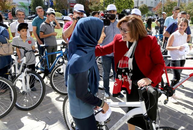 Şahin, Başarılı Öğrencilere Bisiklet Hediye Etti