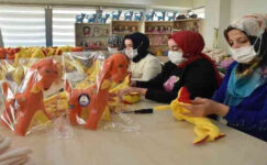 Ev hanımları hem üretiyor hem de aile bütçesine destek oluyor